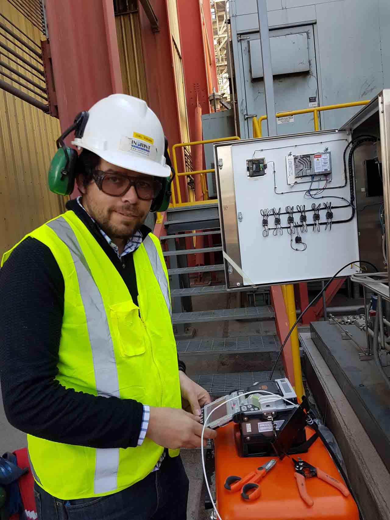 Ingeniero testeando comunicaciones industriales